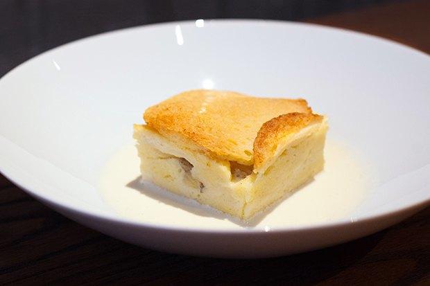 Английский «Хлебный пудинг» сзаварным кремом. Изображение № 2.