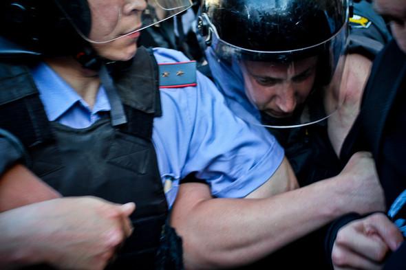 Давка усиливается. Полиция применяет силу.