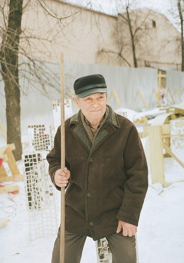 Юрий Полуэктович. Уже много лет ухаживает за территорией сада Баумана. Изображение № 1.