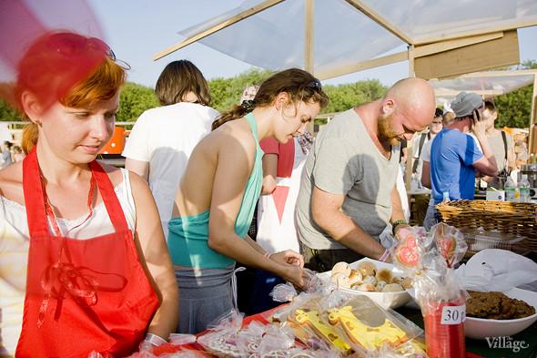 Очередь в Foodster была одной из самых больших в этой фуд-зоне. Четыре человека из команды реально не прекращали делать сэндвичи и отпускать их. Изображение № 8.