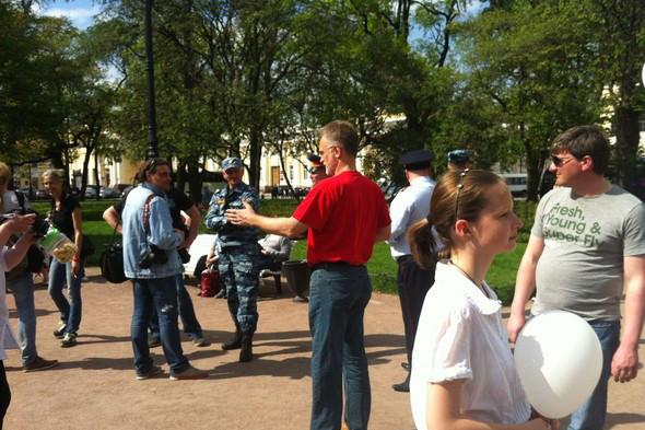 В воскресенье в Петербурге гуляли 500 человек, в понедельник закрывают Исаакиевскую. Изображение № 4.