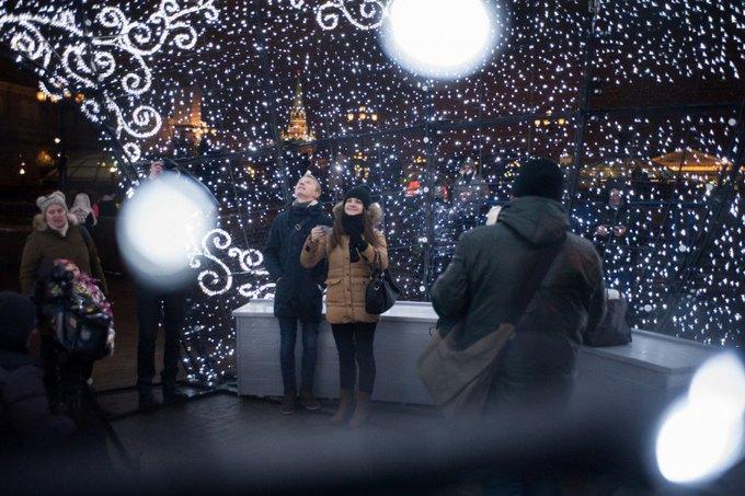 Огромный ёлочный шар наМанежной площади. Изображение № 5.