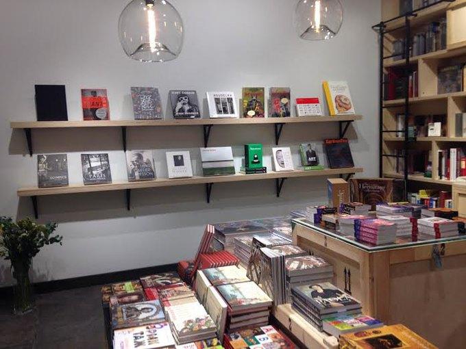 ВГлавном штабе открыли магазин скнигами посовременному искусству. Изображение № 1.