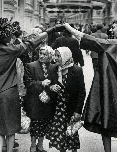 «Энциклопедия ГУМа»: Как вМоскву 1959 года привезли Christian Dior. Изображение № 5.