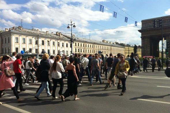 В воскресенье в Петербурге гуляли 500 человек, в понедельник закрывают Исаакиевскую. Изображение № 16.