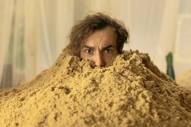 «Песочный человек», немецкая чёрная комедия о мужчине, из которого вдруг посыпался песок. Изображение № 7.