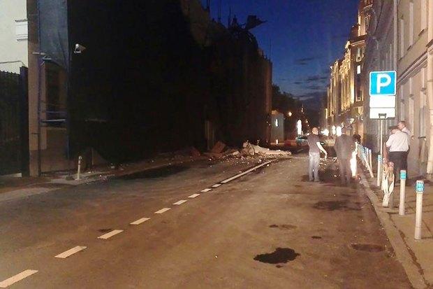 У «Дома Болконского» обрушилась часть фасада. Изображение № 1.