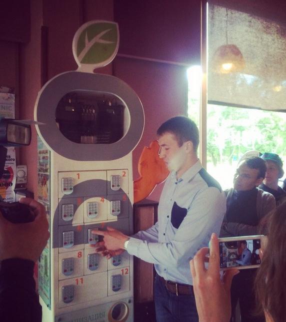 В кофейне «Идеальнаячашка» появился терминал солнечной зарядки смартфонов. Изображение № 1.