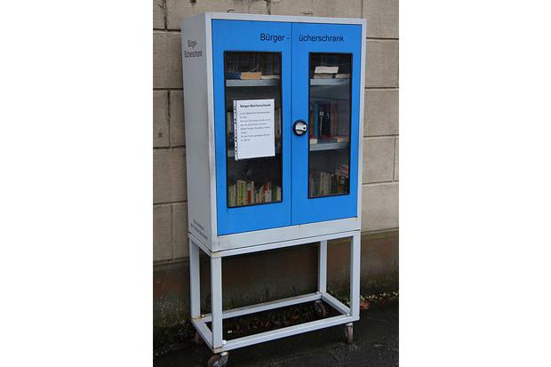Передвижной общественный книжный шкаф в Кёльне. Для предотвращения вандализма шкаф на ночь убирают в закрытое помещение. Изображение № 6.
