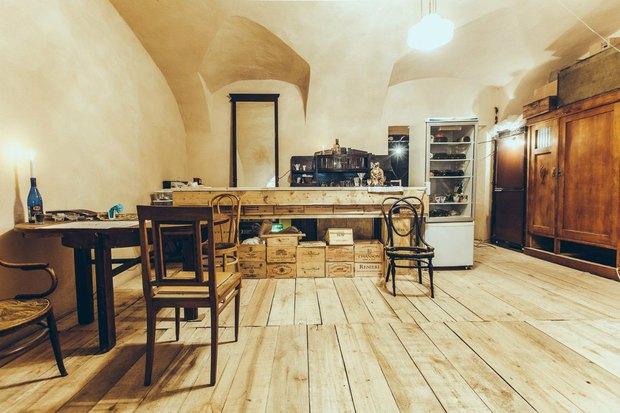 В пространстве Korpus-2 наБиржевой линии открылся Location Hostel ивинный бар. Изображение № 1.