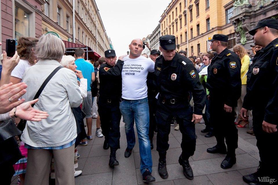 Фоторепортаж: «Народный сход» вподдержку Навального вПетербурге. Изображение № 17.