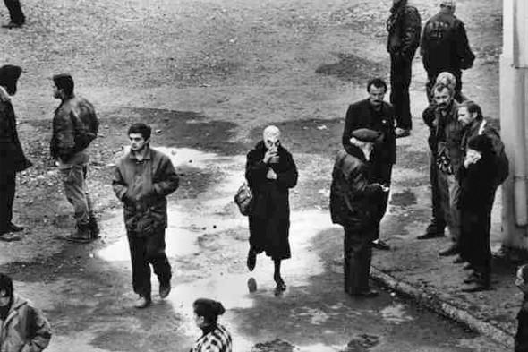 © Thomas Dworzak/Magnum photos Абхазия. Сухуми. 11/1993. Перезахоронение 120 абхазских солдат, погибших в грузинской засаде шестью месяцами раньше. После установления местными силами контроля над Абхазией тела погибших были изъяты. Семьи собрались на опознание тел своих родственников. Женщина защищается от трупного запаха противогазом.. Изображение № 5.