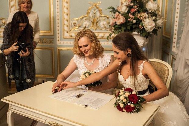 В петербургском загсе женят двух невест. Изображение № 1.