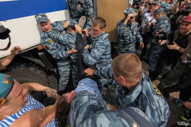 Фото дня: Десантники пытались избить гей-активиста на Дворцовой. Изображение № 8.
