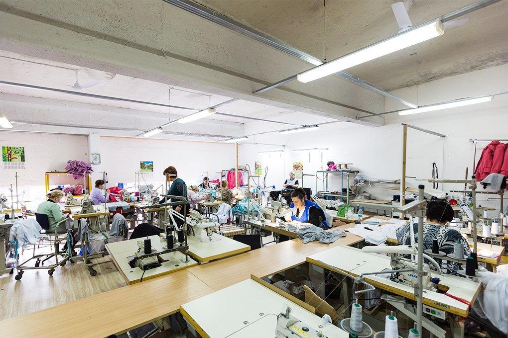 Производственный процесс: Как шьют футболки и толстовки. Изображение № 7.