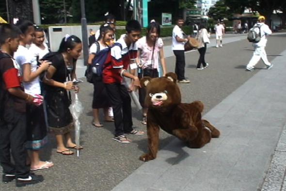 © Ёсинори Нива. Медведь идет в зоопарк смотреть медведей. Перформанс. 2010. Изображение № 16.