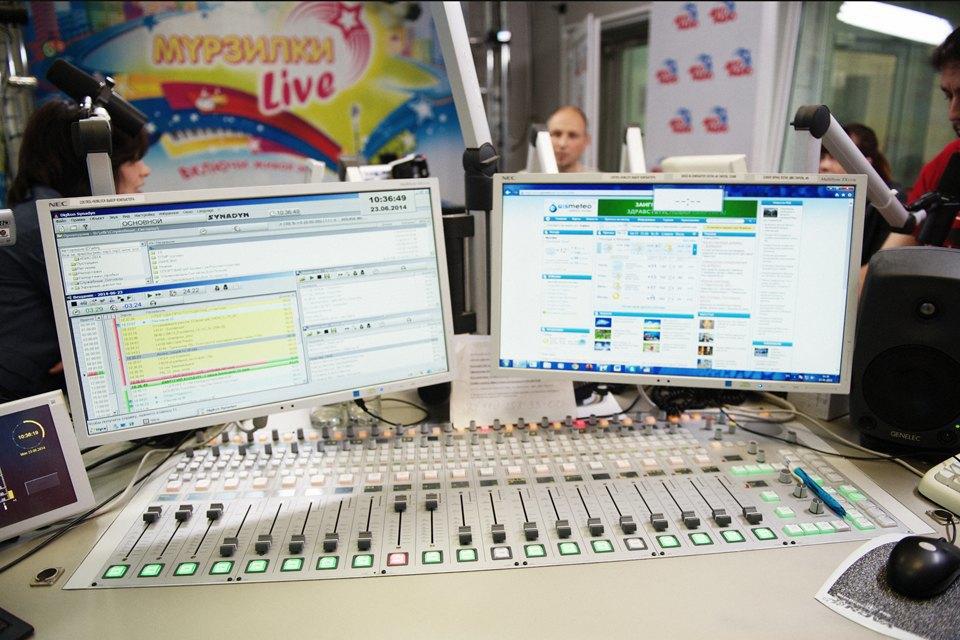 Ведущие утренних радиошоу о том, как будить город. Изображение № 21.