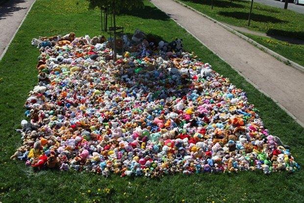 Сотни собранных для детей игрушек всквере наулице Циолковского. Изображение № 1.