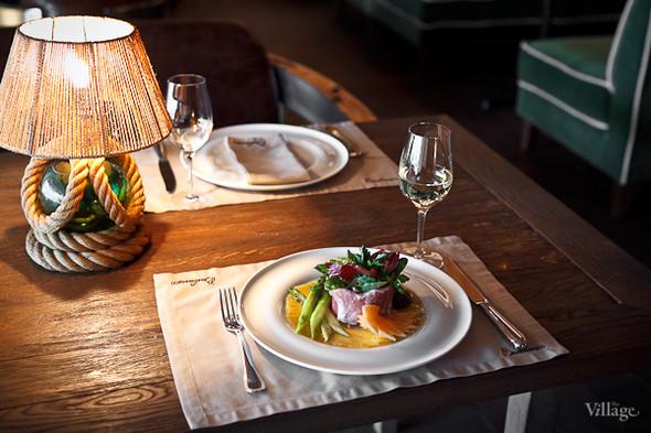 Выдержанное прошутто Сан-Даниеле со спаржей, инжиром, ананасом, дыней и грушей, приготовленной в красном вине — 640 рублей. Изображение № 38.