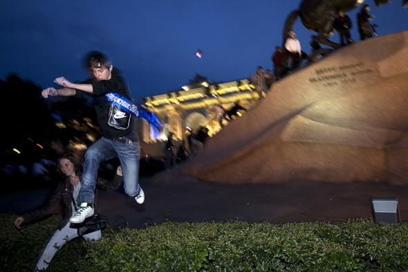 Вскоре к ним присоединяется молодёжь с ленточками «Выпускной 2011». Полиции в свободной зоне не видно.