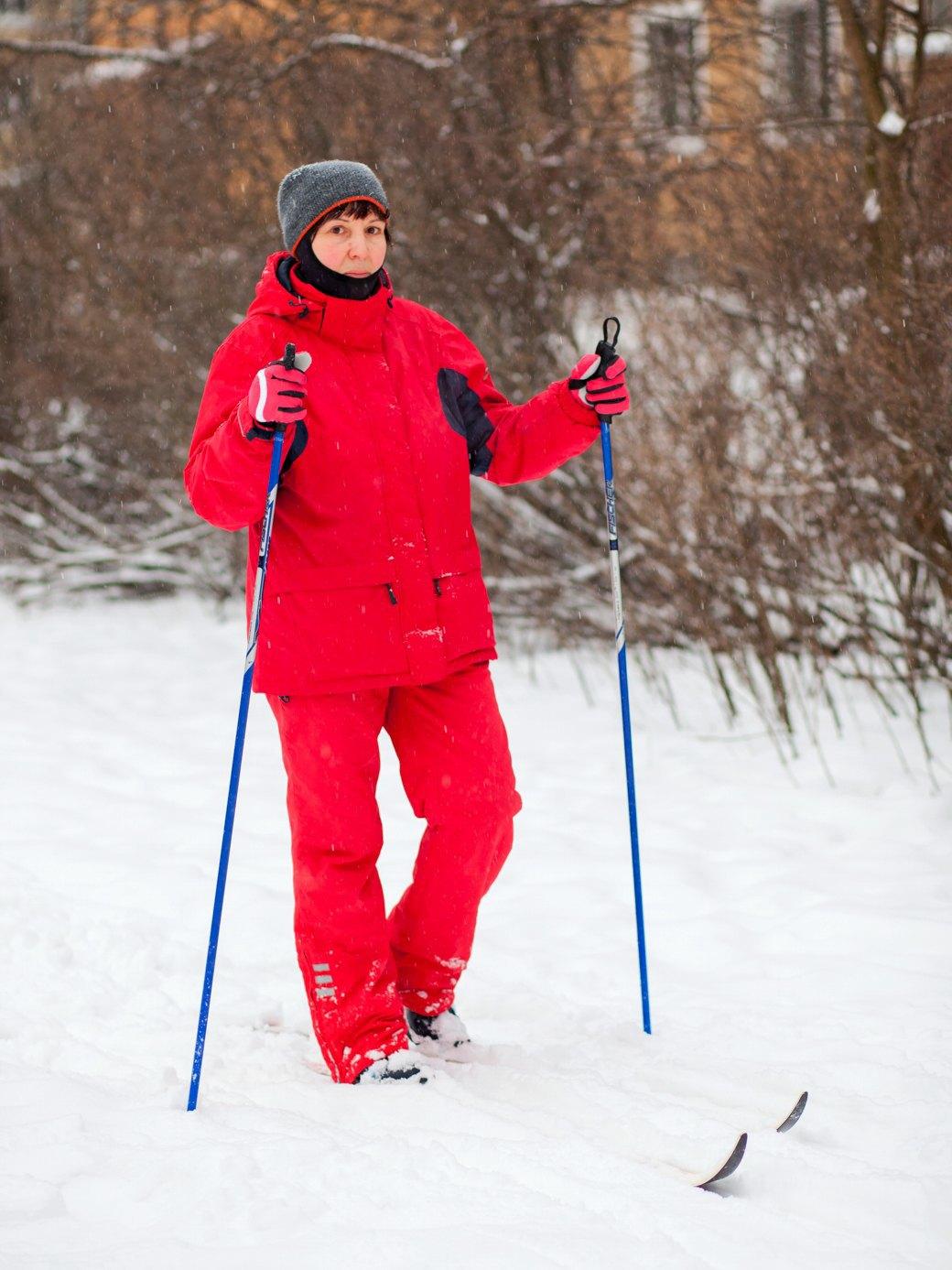 Местная жительница катается на лыжах среди малоэтажек. Изображение № 18.