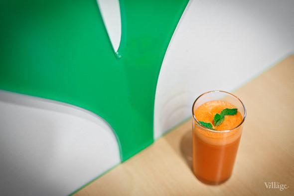 Свежевыжатый апельсиново-морковный сок — 75 рублей. Изображение № 24.