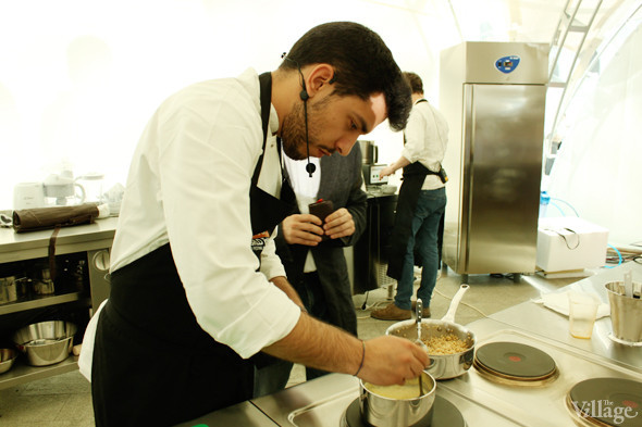 Omnivore Food Festival: Майкл Гринвольд и Симоне Тондо готовят орзотто из ячменя и тартар из голубя. Изображение № 29.
