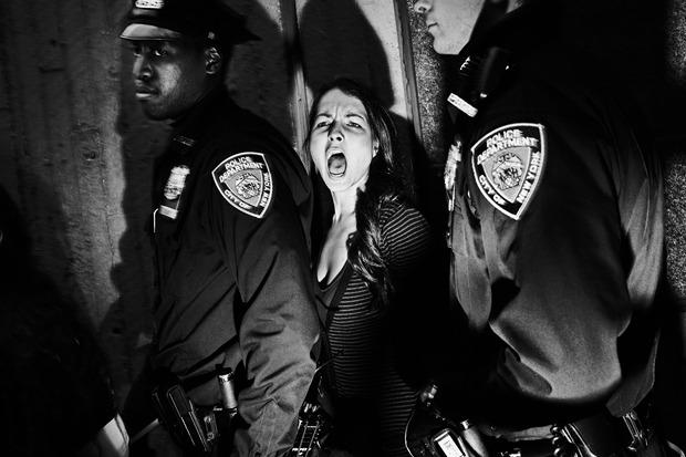 Томаз Лазар, Польша. Арест девушки, протестующей в Гарлеме против действий полиции. Изображение № 12.