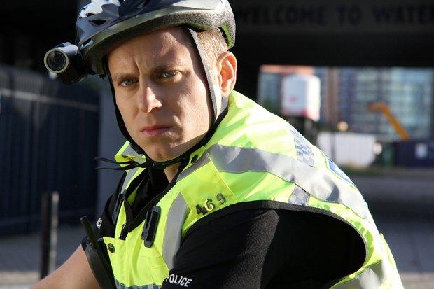 «Разрешите вас прикончить?» — британская чёрная комедия про полицейского на велосипеде, убивающего всех замеченных нарушителей закона. Изображение № 9.