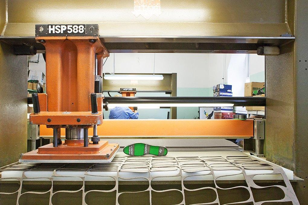 Производственный процесс: Как делают ботинки. Изображение № 6.