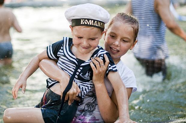 Купание в фонтане в Александровском саду в День ВМФ — 2012. Изображение № 4.