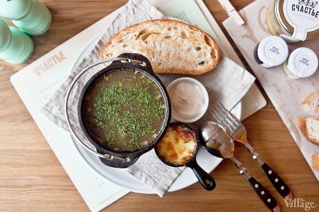 Грибной суп со спельтой, жюльеном из белых грибов и хлебом — 220 руб.. Изображение № 22.