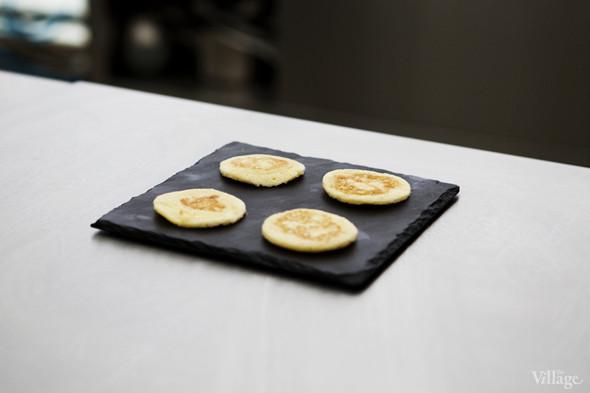 Omnivore Food Festival: Алекс Жилюк готовит картофельные оладьи с чёрной икрой и баллотин из ягнёнка. Изображение № 4.