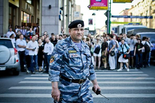 Один из немногих сотрудников полиции, который говорил спокойно и вежливо. Толпа его слушалась.