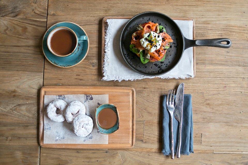 Бейгл с лососем и яйцом-пашот (500 рублей); пончики с шоколадным соусом (300 рублей); горячий шоколад (200 рублей). Изображение № 5.