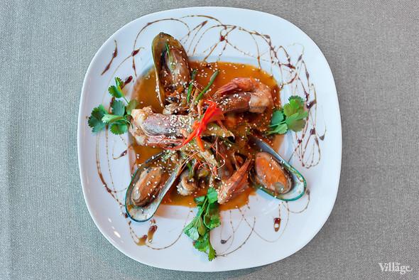 Салат с лососем, тигровыми креветками, каперсами и лимонным кремом — 340 рублей. Изображение № 45.