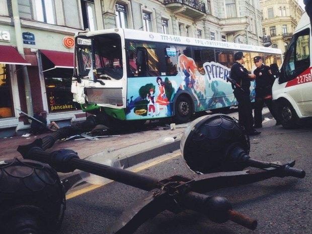 На Невском проспекте автобус выехал на тротуар и врезался в столб. Изображение № 1.