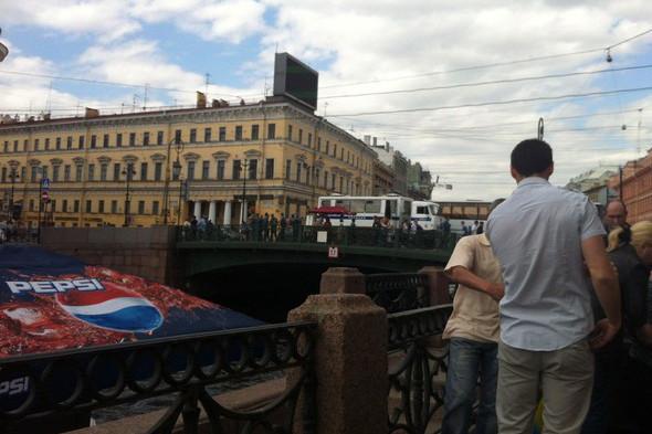 В воскресенье в Петербурге гуляли 500 человек, в понедельник закрывают Исаакиевскую. Изображение № 2.
