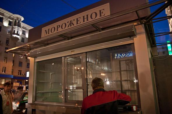 Изображение 42. Фоторепортаж: На Тверской улице появился первый ларёк нового образца.. Изображение № 10.