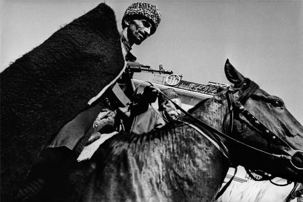 © Thomas Dworzak/Magnum photos Чечня. Грозный. 9/1994. Празднование Дня независимости Чечни. Военный парад и скачки.. Изображение № 4.
