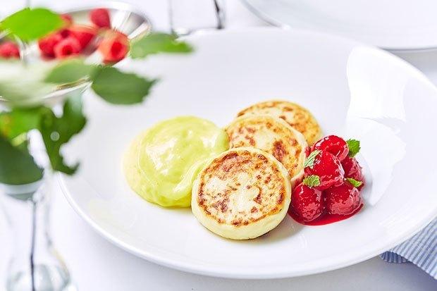 Сырники c лимонным кремом и ягодами