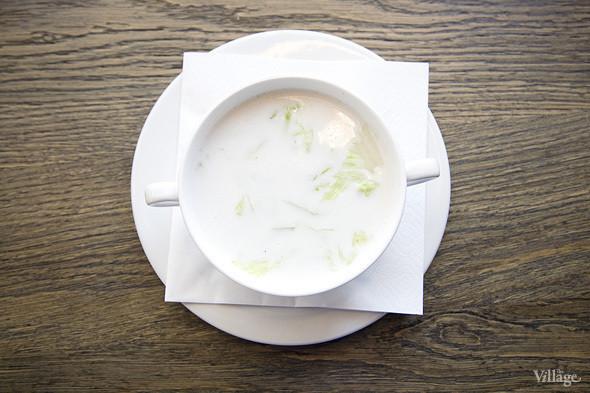 Кокосовый суп с грибами чогу, водяным каштаном, листьями лайма и креветками —350 рублей