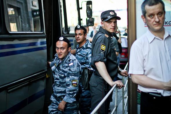Полицейские указывают на прохожего и кричат: «Вон того возьмите!»