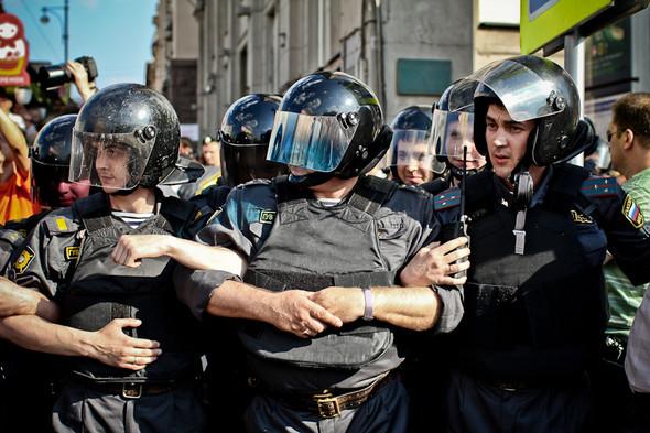Люди продолжают прибывать — полицейские сцепляются в человеческий бульдозер. Митингующих оттесняют в переход или к ближайшему перекрёстку.