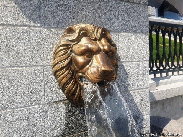Перед «Крестовским» установили львов состадиона имени Кирова. Изображение № 2.