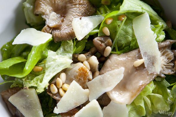 Ассорти салатных листьев с жареными вешенками, сыром пекорино ди фосса и кедровыми орешками с трюфельной заправкой — 390 рублей. Изображение № 20.