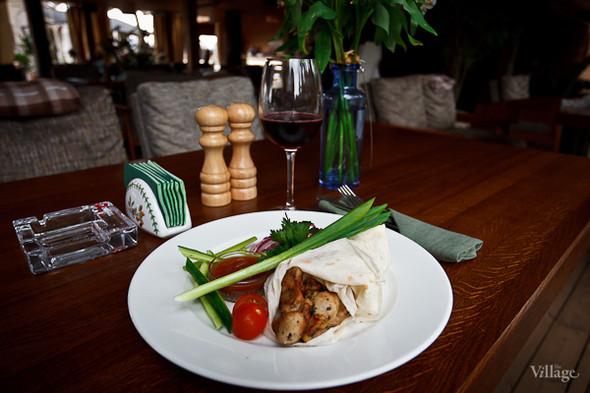 Кебаб из курицы — 340 рублей, красное вино Caubernet Sauvignon — 280 рублей за бокал. Изображение № 34.