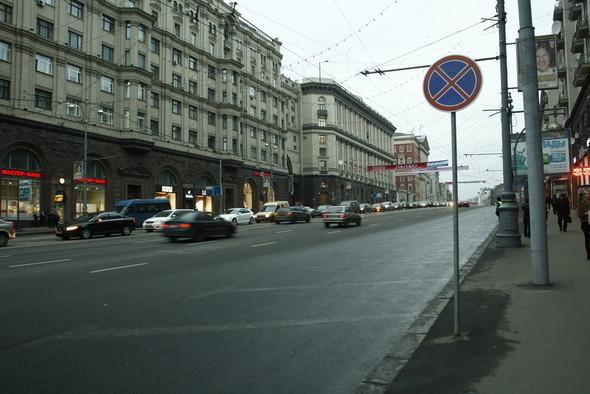 На тротуарах Тверской улицы разрешили парковку. Изображение № 1.