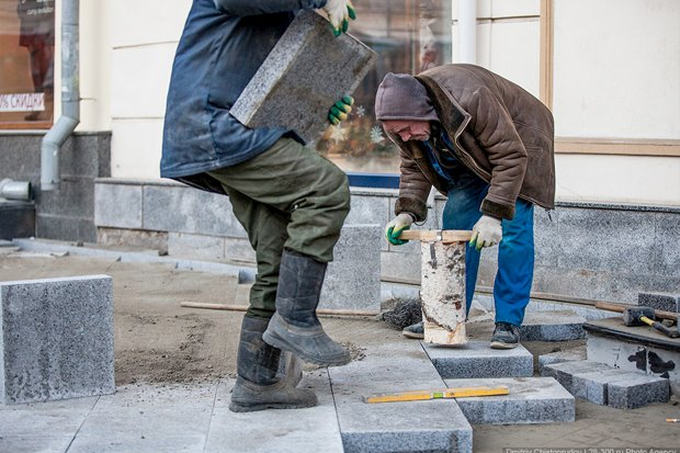 Создаётся ощущение, что рабочие утрамбовывают плитку с помощью полена: давление распределяется неравномерно. Изображение № 10.