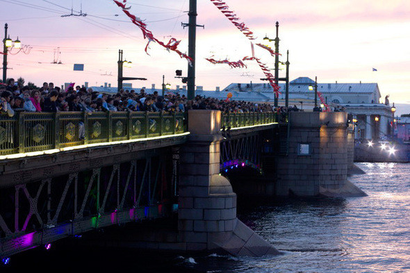 Взрослые без приглашения теснятся на Дворцовом мосту, чтобы посмотреть салют.